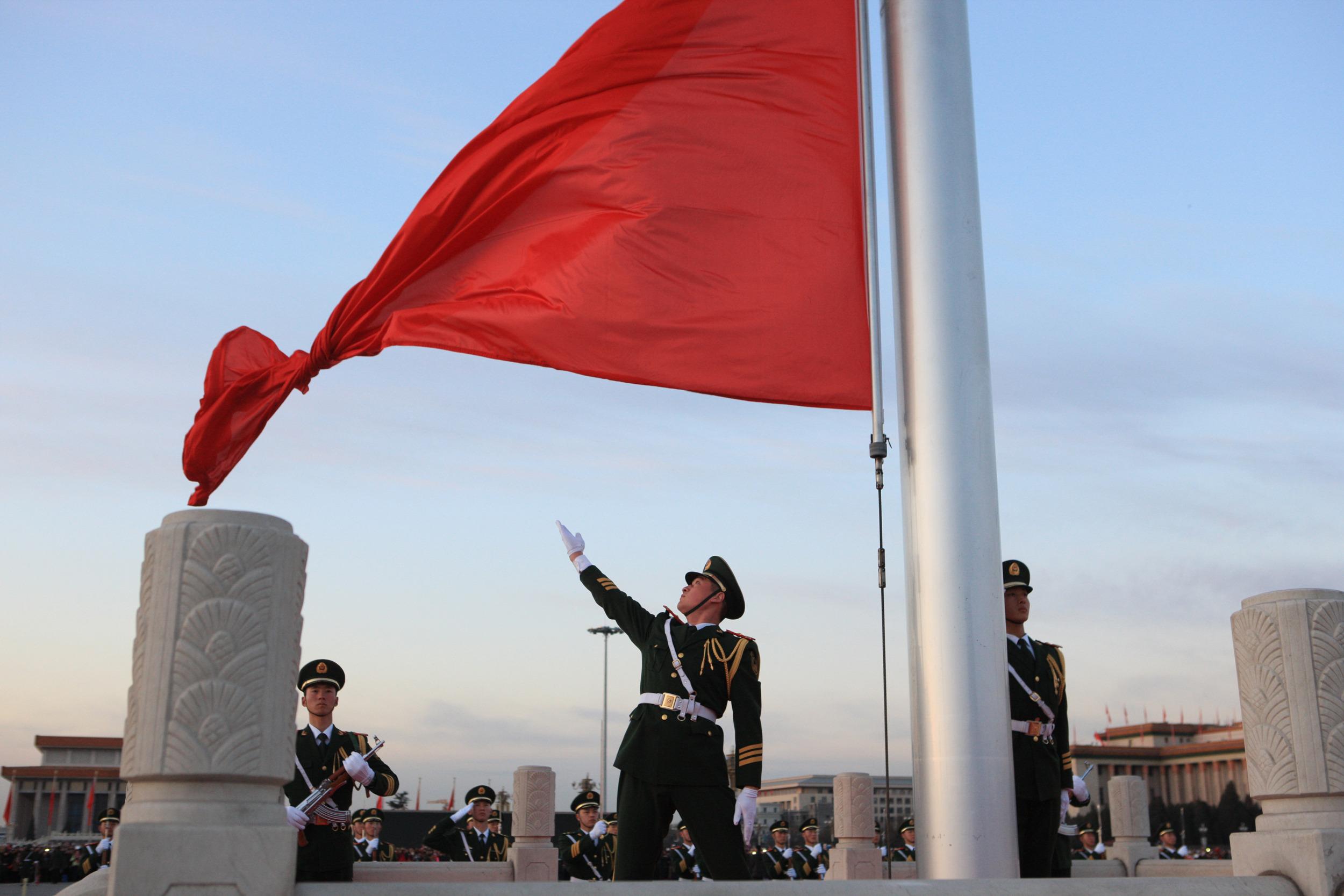 3月5日清晨,北京天安门广场举行升国旗仪式。 当日,第十二届全国人民代表大会第二次会议将在北京人民大会堂开幕。 新华社发(刘长龙 摄)