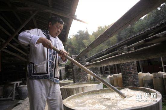 传统的手工制瓷工艺操作,生动再现了景德镇古代陶瓷制作工艺的全过程.