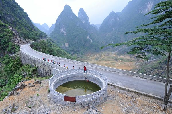 广西凌云县山区小学缺水 学生带水上学