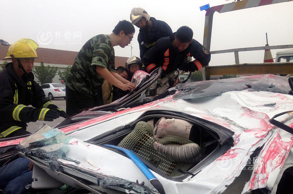 青岛惨烈车祸:集装箱压扁轿车 女司机奇迹生还(组图)