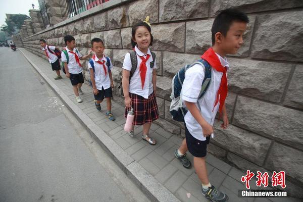 """最窄人行道""""去往上学之路. 有家长反映,虽然人行道由原来的高清图片"""