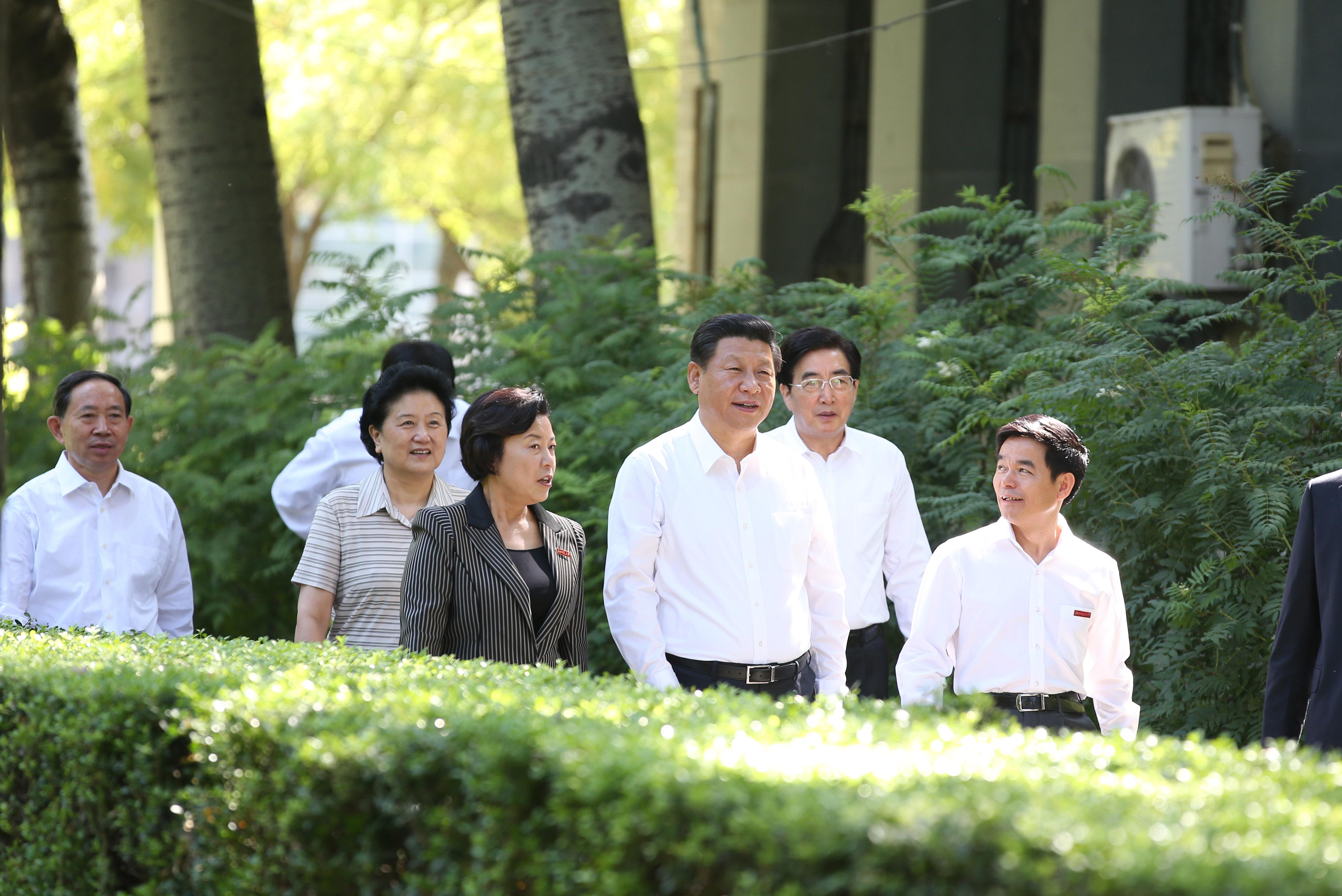 习近平来到北京师范大学看望一线教师