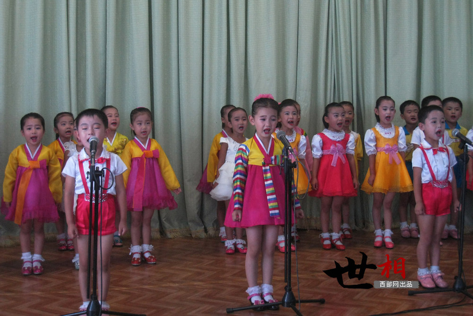 幼儿园的小朋友们身着民族服装,为游客表演节目.