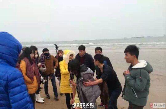秦皇岛18名大学生手挽手海边救人 围观市民:值得点赞