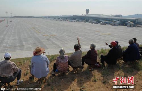 山东蓬莱机场启用 村民集体坐山顶看飞机