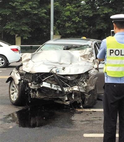 车祸,一辆闯红灯宝马轿车将一辆 马自达 轿车撞成两节