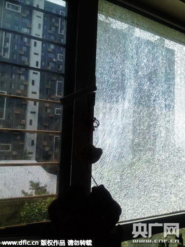 2015年7月13日,河北省秦皇岛市,高温致一家住户客厅玻璃爆裂,并不停