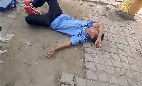 河北省衡水市饶阳县执法的城管人员与摊贩没有任何肢体接触,突然倒地图片