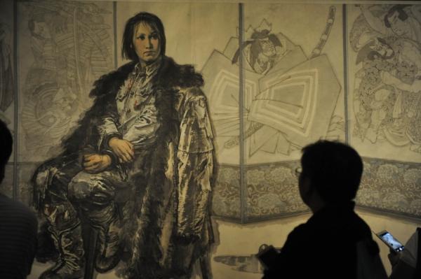 8月22日,观众在中国美术馆参观展出的绘画作品 正气千秋