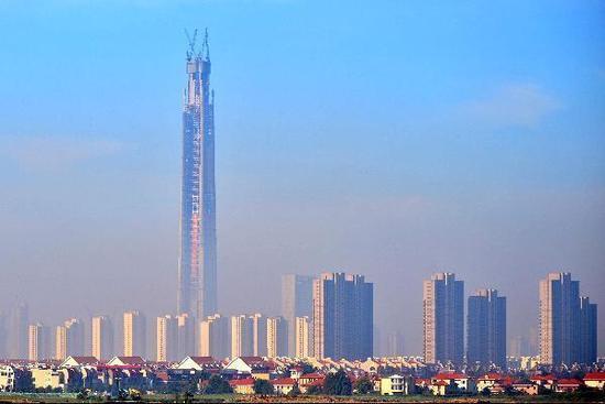 9月8日,天津滨海117大厦完成主体结构封顶.