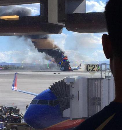 英航客机在机场跑道起火