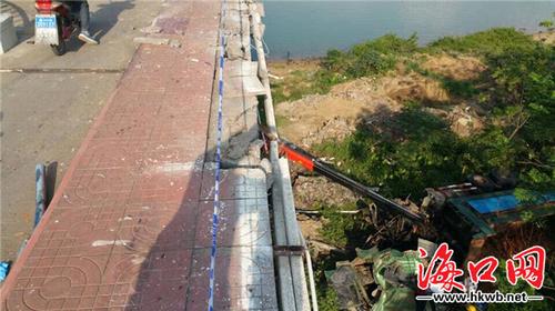 海口琼州大桥车祸:一重型卡车撞出护栏掉下大桥