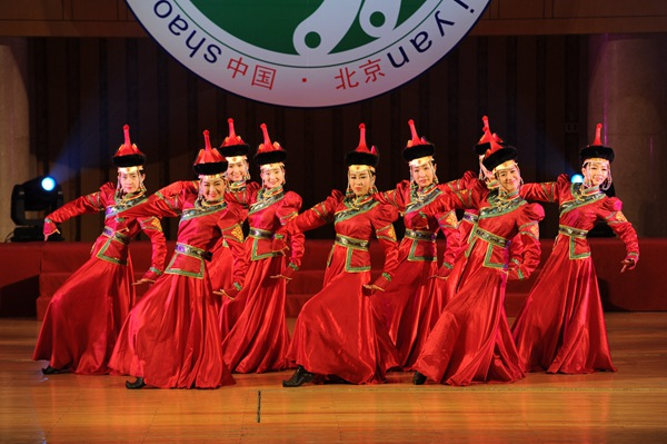 蒙古族舞蹈《蒙古宴》   10月12日,第四届中国少数民族戏剧会演开幕式在北京中山公园音乐堂举行。作为本届会演开幕大戏,大型民族舞台剧《举杯祝福共和国》由花灯剧团、彝剧团、彭水文化馆、西藏藏戏团、内蒙察右后旗乌兰牧骑等少数民族剧团共同奉献,以载歌载舞的形式向首都的观众们展现了新时期少数民族同胞们的昂扬奋发、热情豪迈,同时表达了各少数民族对祖国母亲六十六华诞的美好期望和衷心祝愿。   据了解,会演期间,将有11个少数民族剧种的15台19个优秀剧目在中山公园音乐堂、梅兰芳大剧院、长安大戏院、中国评剧大剧院、