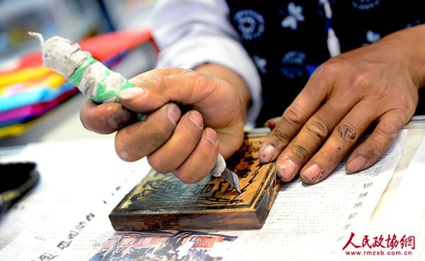 甲马技艺在木板上的精工雕刻