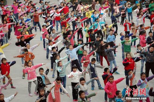 操小学生小屄_湖北一小学课间操改跳广场舞 不少学生舞技直逼广场舞