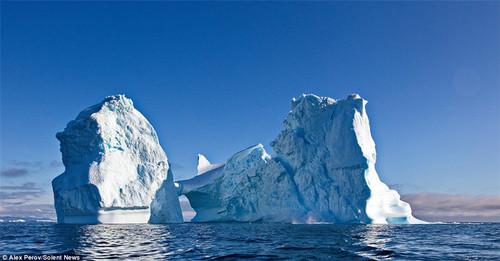 50米高巨大冰山海上解体 场面震撼