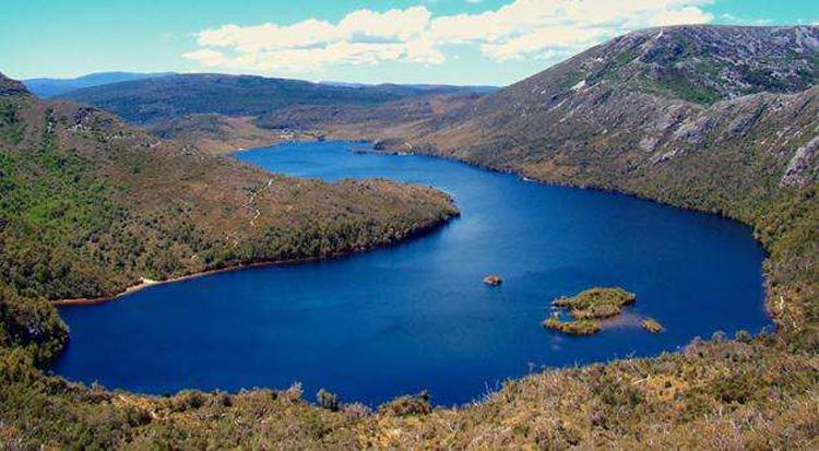 澳大利亚唯一的岛屿州、塔斯马尼亚州以其广袤的温带雨林著称,1982年见证这片雨林入选联合国教科文组织《世界遗产名录》。近年来,澳大利亚政府出于商业考虑,寻求将占塔斯马尼亚五分之一面积的部分雨林从名录中移除,以供商业采伐,最终因遭到教科文组织反对而作罢。教科文组织19日发布的一份报告说,塔斯马尼亚雨林的完整性应该不受商业采伐影响,一个因出众文化和自然价值而著称的世界遗产项目不应被当作任何商业采伐的试验场。20日,澳大利亚政府和塔斯马尼亚州政府发表声明,表示尊重教科文组织建议,放弃商业采伐设想。(徐超)