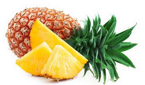菠萝为凤梨俗称,是著名热带水果之一。菠萝原产于南美洲巴西、巴拉圭的亚马逊河流域一带,16世纪从巴西传入中国。 现在已经流传到整个热带地区。其可食部分主要由肉质增大之花序轴、螺旋状排列于外周的花组成,花通常不结实,宿存的花被裂片围成一空腔,腔内藏有萎缩的雄蕊和花柱。叶的纤维甚坚韧,可供织物、制绳、结网和造纸。  凤梨与菠萝在生物学上是同一种水果。市场上,凤梨与菠萝为不同品种水果: 1。菠萝削皮后有内刺需要剔除;菠萝的叶子锯齿明显 2。凤梨消掉外皮后没有内刺,不需要用刀划出一道道沟。凤梨叶则较平滑。 菠