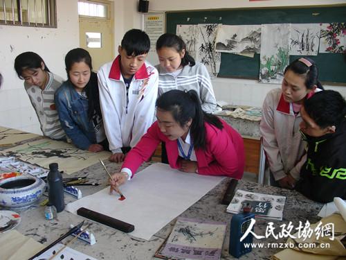 4月6日,山东省潍坊市潍城区政协以送服务进校园、为爱圆梦行动为主题,组织部分民主党派政协委员中的美术教育工作者,走进潍坊聋哑学校,在学校手语老师的协助下,现场作画,示范指导,教授学生美术绘画技巧和知识,并与学生们进行互动交流,受到了学生们的欢迎。参与送教活动的政协委员们表示,今后要继续与潍坊聋哑学校的合作,把送教进校活动长效化,为聋哑儿童们提供更加优质、更加精细的教育服务,促进孩子们特长发展、融入社会、幸福生活。 冷同华 商志强 摄影报道