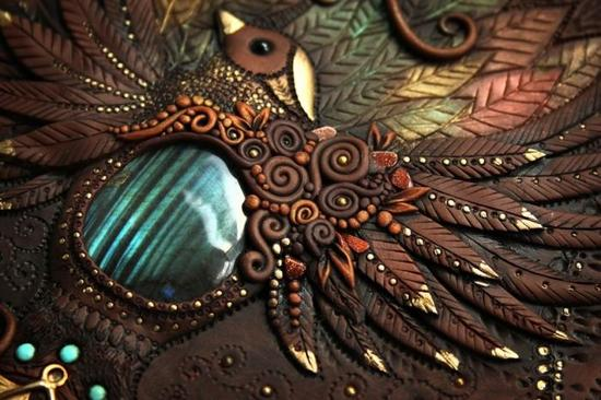 艺术家Aniko Kolesnikova,又名Mandarin Duck来自拉脱维亚,目前定居伦敦。Aniko擅长利用各种手工技艺以及各种材料制作栩栩如生的立体图书封面。内容大多是各种童话故事中的动物形象,有龙、猫头鹰、狐狸等等,样子十分逼真。让一本普通的书仿佛具有了魔法,瞬间身价倍增。
