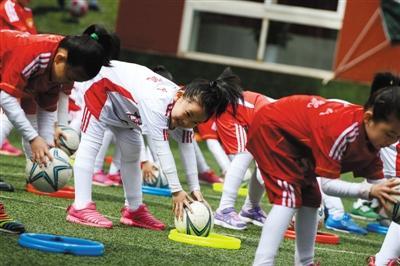 活动诚邀全国万所幼儿园参与,组织3-6岁儿童开展足球运动,足球游戏.
