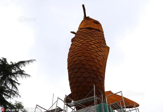 巨型鲤鱼雕塑现郑州街头