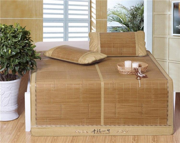 进入夏季,很多人都会在床单上铺上清凉的凉席。选择一张健康舒适的凉席是健康的一份保障,然而,市面上的凉席千花百样,各式各样,哪种凉席才最能提高睡眠质量,最有利于健康呢?下面,让我为大家介绍在夏季如何挑选一张健康又舒适的凉席。  市面上有哪些凉席? 草席 采用灯心草、蒲草、马兰草等编织而成,材质柔软,与皮肤的亲和力强,凉度较低,多受老人,以及体质虚弱的人喜爱。专家称,婴幼儿最好睡草席,因为他们的神经系统尚未发育成熟,体温调节功能弱,对冷热的适应力较差,竹席和牛皮席往往容易使孩子着凉,不宜选用。睡觉时,最好盖上