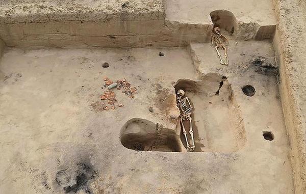 近日,考古学家在青河县查干郭勒乡水库发现一处古墓群,古墓用石头构筑,建筑种类多,属于石棺墓。 古墓群墓葬方式以屈肢葬为主。据考古学家介绍,古代欧亚草原基大多采用屈肢葬,因为早期的草原人相信,以母胎里的姿势下葬方便转世托生。考古学家根据古墓结构和墓中挖掘出的陶器推测青河县在公元前6世纪左右仍处于原始社会。  目前,已挖掘古墓4座,挖掘工作仍在进行中。此次发现为研究青河县古代社会发展状况和民族关系等提供了珍贵的实物资料。