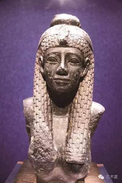展示了一件埃及艳后的半身雕像