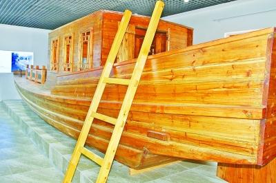 运河记忆博物馆内展出的漕运船.资料图片