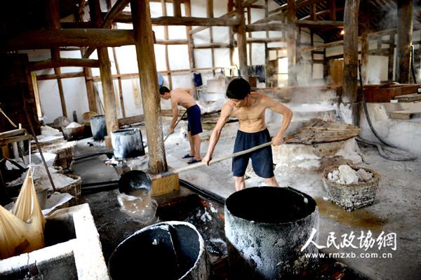 四川省自贡市�龊>�的盐场内,工人在制作盐。田福良 摄