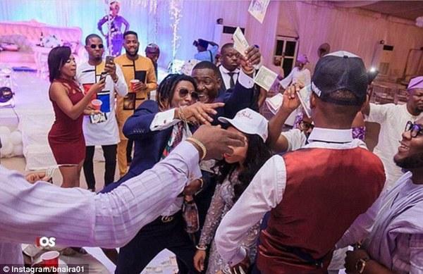 各国炫富族奢华生活:尼日利亚富豪在婚礼上撒钱