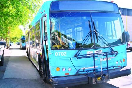 乘客甩出未关车门公交车 司机赔偿37.5万元
