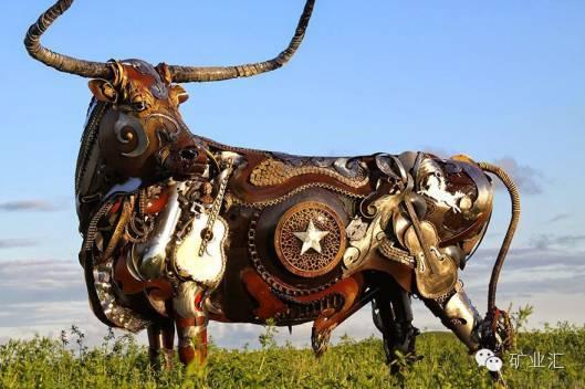 艺术家elrington用废旧车轮轮毂改造的钢铁狗雕塑,钢铁猪雕塑,钢铁龙
