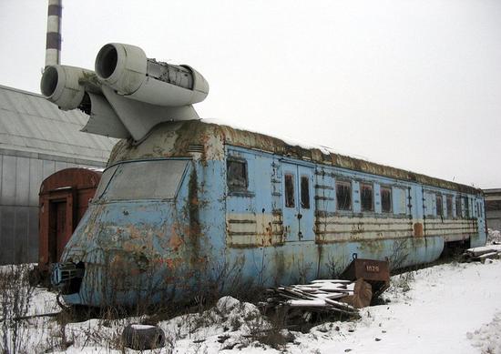 后来他将喷气式飞机的发动机置于车顶,结果问题得到完美解 决.