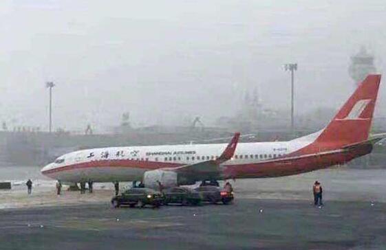 上海航空一架飞机在乌鲁木齐机场