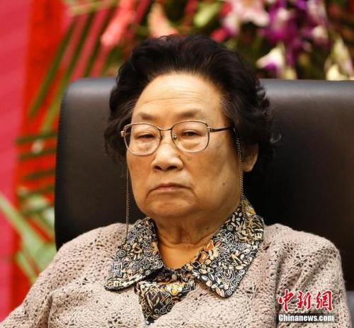 日呦呦屄_中新网记者 张素 86岁的屠呦呦9日在北京人民大会堂接过证书,成为首位