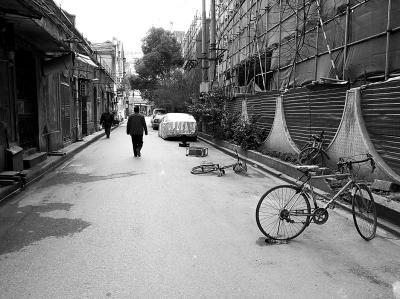 """奇葩""""地锁""""占车位:旧自行车、麻将桌上阵(图)"""