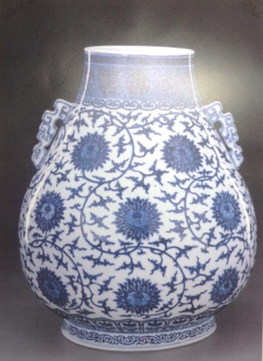 缠枝莲花纹的装饰有着各种不同的形态,有的是以缠枝莲纹为图案的花瓶
