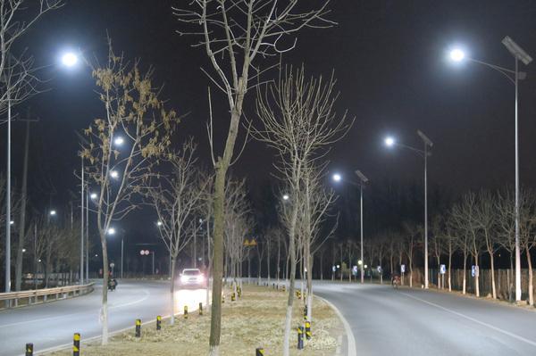 """绿色节能""""低碳""""led照明灯,让乡间公路,新农村等亮如白昼."""