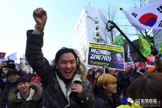 3月10日,支持弹劾朴槿惠的民众在法院外高呼欢庆。