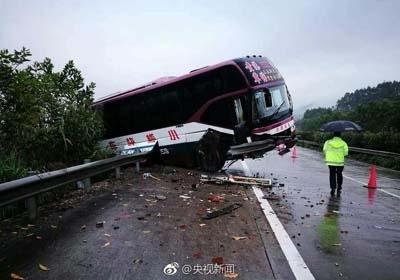 广西大巴高速翻车致1死14伤 失控撞击护栏造成侧翻