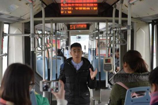 """大学生在公交上演讲""""练胆"""" 每个乘客都是听众"""