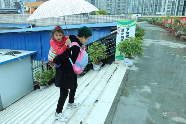 """重庆市开州区凤凰小学,有一对特别的同桌:患有脆骨病的8岁女孩娜娜,和她78岁的婆婆李贤菊。虽然娜娜户口上写着是李婆婆的外孙女,但其实这个孩子是李婆婆从桥边捡回来的。 近日,一患有脆骨病的8岁女孩和她78岁的婆婆引起网友关注,这个女孩是婆婆从桥边捡回来的,虽然女孩患有脆骨症,但在婆婆的陪同下可以上学,与正常人无异,而且成绩非常优秀。  婆婆背捡来的瓷娃娃上学 据娜娜的妈妈梁万菊介绍:"""" 我妈捡垃圾发现一个箩筐有一个小婴儿,大概可能(生下来)只有几天,用一个小铺盖把她包起的,她就把她抱回来,抱回来我"""