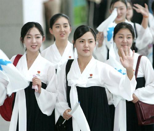 """韩总统候选人赞朝鲜拉拉队是""""天然美女""""惹怒网民 被迫"""