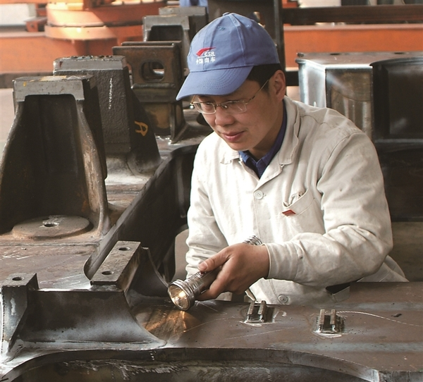经过12年的努力,他先后取得国际焊接技师证书,4项国际焊工资格证书等.