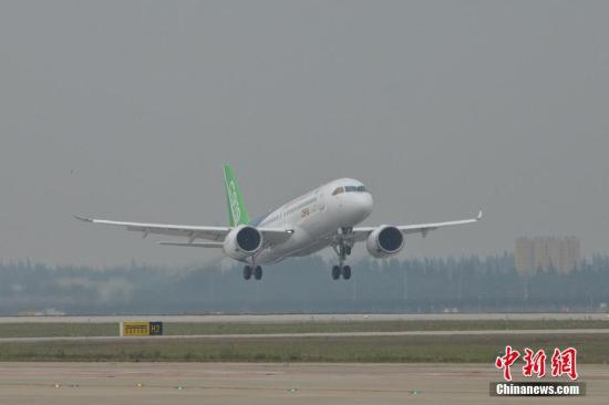 首架国产大飞机c919在上海浦东机场4号跑道成功起飞.王脊梁 摄