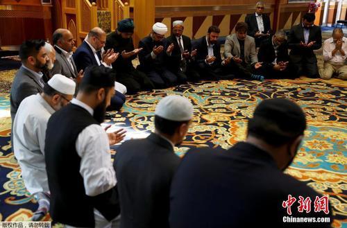在曼彻斯特当地的一个清真寺内,穆斯林信众们为爆炸案遇难者祈祷默哀.