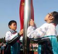 小学生听国歌自发行注目礼被点赞 校长:并未排练