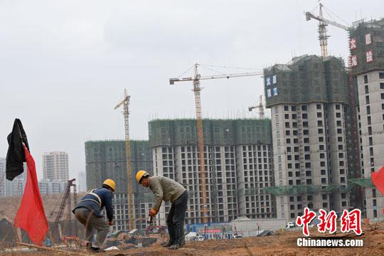 资料图:民工在一建筑工地作业。<a target='_blank' href='http://www.chinanews.com/'>中新社</a>记者 武俊杰 摄